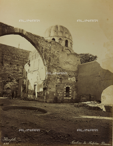 """AVQ-A-001581-0008 - Album """"Damas et Baalbek"""": Mausoleo di Saladino a Damasco - Data dello scatto: 1880 ca. - Archivi Alinari, Firenze"""