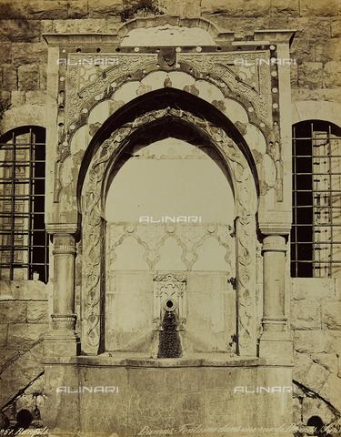 """AVQ-A-001581-0009 - Album """"Damas et Baalbek"""": Fontana in una strada di Damasco - Data dello scatto: 1880 ca. - Archivi Alinari, Firenze"""
