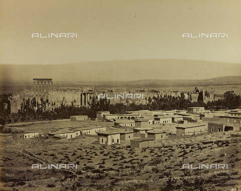 """AVQ-A-001581-0018 - Album """"Damas et Baalbek"""": Housing in Baalbek (Heliopolis). In the background the Acropolis with the temple of Jupiter or the Sun - Data dello scatto: 1880 ca. - Archivi Alinari, Firenze"""