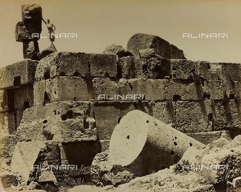 """AVQ-A-001581-0024 - Album """"Damas et Baalbek"""": Ruins of the Temple of Jupiter or the Sun in Baalbek (Heliopolis) - Data dello scatto: 1880 ca. - Archivi Alinari, Firenze"""