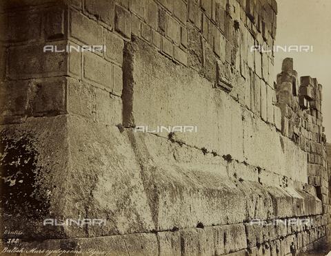 """AVQ-A-001581-0028 - Album """"Damas et Baalbek"""": Mura dell'area archeologica di Baalbek (Eliopolis) - Data dello scatto: 1880 ca. - Archivi Alinari, Firenze"""