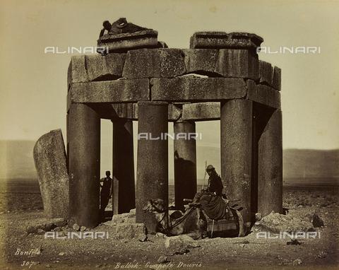 """AVQ-A-001581-0029 - Album """"Damas et Baalbek"""": Rovine della Cupola Douris a Baalbek (Eliopolis) - Data dello scatto: 1880 ca. - Archivi Alinari, Firenze"""