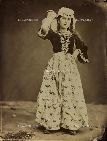 """AVQ-A-001581-0036 - Album """"Damas et Baalbek"""": Giovane donna siriana in abiti tradizionali - Data dello scatto: 1880 ca. - Archivi Alinari, Firenze"""
