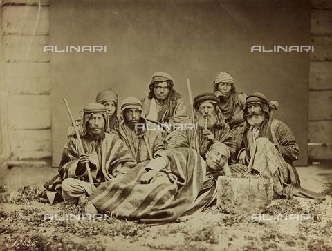 """AVQ-A-001581-0037 - Album """"Damas et Baalbek"""": Gruppo di indigeni siriani in abiti tradizionali - Data dello scatto: 1880 ca. - Archivi Alinari, Firenze"""