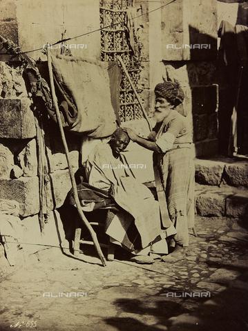 """AVQ-A-001581-0038 - Album """"Damas et Baalbek"""": Barbiere siriano - Data dello scatto: 1880 ca. - Archivi Alinari, Firenze"""