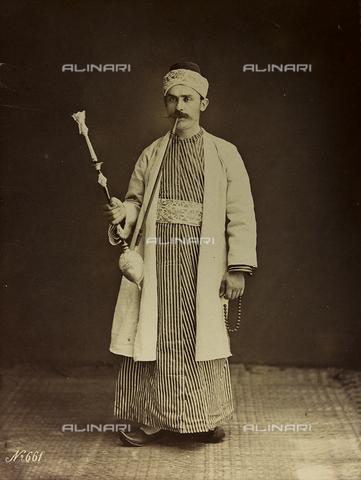 """AVQ-A-001581-0039 - Album """"Damas et Baalbek"""": Ritratto maschile con il narghilè - Data dello scatto: 1880 ca. - Archivi Alinari, Firenze"""