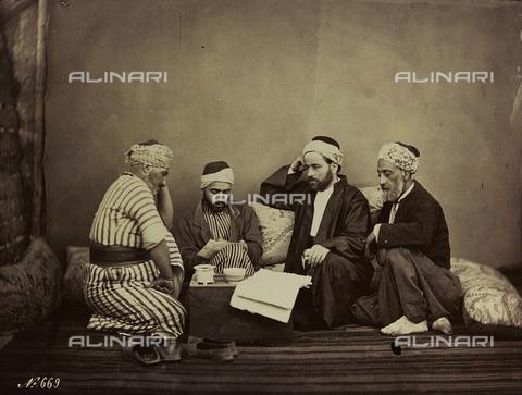 """AVQ-A-001581-0040 - Album """"Damas et Baalbek"""": Gruppo di siriani seduti intorno a un tavolino - Data dello scatto: 1880 ca. - Archivi Alinari, Firenze"""