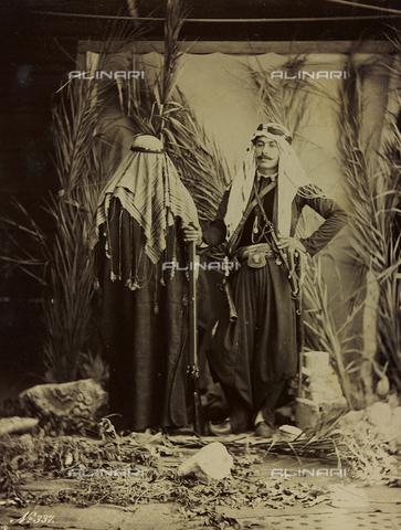 """AVQ-A-001581-0041 - Album """"Damas et Baalbek"""": Coppia siriana in abiti tradizionali - Data dello scatto: 1880 ca. - Archivi Alinari, Firenze"""