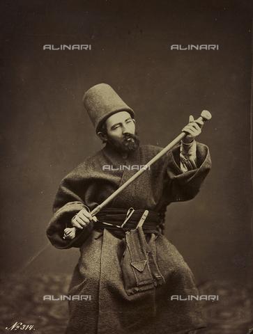 """AVQ-A-001581-0043 - Album """"Damas et Baalbek"""": Ritratto maschile in abiti tradizionali - Data dello scatto: 1880 ca. - Archivi Alinari, Firenze"""