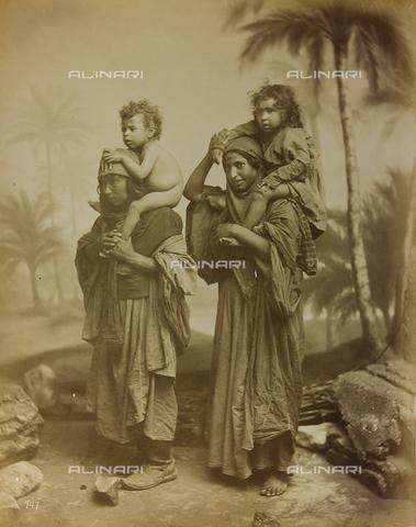 """AVQ-A-001581-0045 - Album """"Damas et Baalbek"""": Coppia di donne con due bambini sulle spalle - Data dello scatto: 1880 ca. - Archivi Alinari, Firenze"""