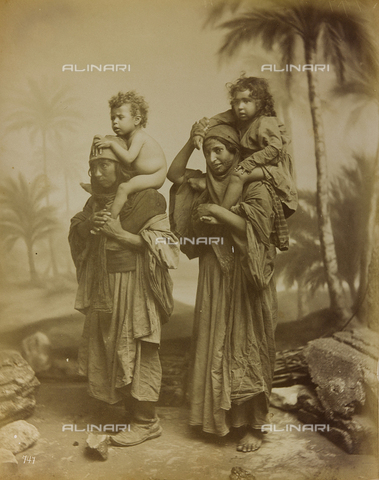 "AVQ-A-001581-0045 - Album "" Damas et Baalbek "": Pair of women with two children on shoulders - Data dello scatto: 1880 ca. - Archivi Alinari, Firenze"
