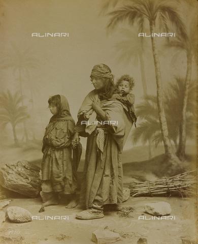 """AVQ-A-001581-0046 - Album """"Damas et Baalbek"""": Ritratto di donna con due bambini - Data dello scatto: 1880 ca. - Archivi Alinari, Firenze"""