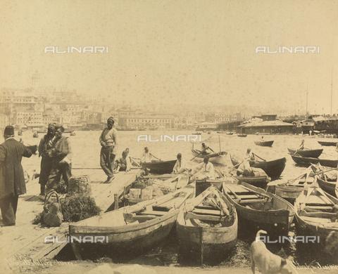 """AVQ-A-001826-0007 - """"Souvenir de Costantinople"""": barche nel porto di Costantinopoli - Data dello scatto: 1860-1890 ca. - Archivi Alinari, Firenze"""