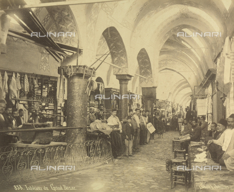 "AVQ-A-001826-0016 - ""Souvenir de Costantinople"": interno del Gran Bazar - Data dello scatto: 1860-1890 ca. - Archivi Alinari, Firenze"