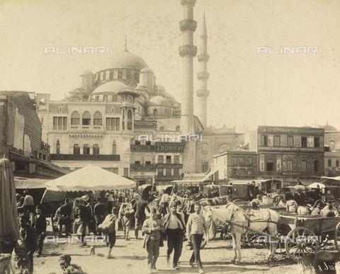 """AVQ-A-001826-0024 - """"Souvenir de Costantinople"""": Bazar Egiziano e Moschea di Yeni Cami - Data dello scatto: 1860-1890 ca. - Archivi Alinari, Firenze"""
