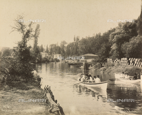 """AVQ-A-001826-0034 - """"Souvenir de Costantinople"""": barca su un canale del Bosforo - Data dello scatto: 1860-1890 ca. - Archivi Alinari, Firenze"""