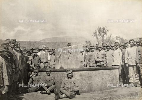 AVQ-A-001931-0017 - Campi di concentramento per prigionieri di guerra di Avezzano-Sulmona-Servigliano: un gruppo di prigionieri ritratti vicino ad un lavatoio nel campo di Avezzano, in provincia di L'Aquila - Data dello scatto: 1916 - 1917 - Archivi Alinari, Firenze