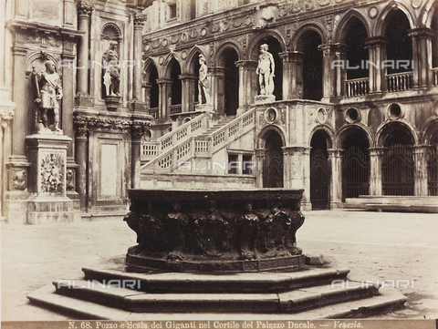 AVQ-A-002026-0007 - The Courtyard of Palazzo Ducale in Venice, with the wellhead by Alfonso Alberghetti in the foreground and the Scala dei Giganti in the background - Data dello scatto: 1870-1880 - Archivi Alinari, Firenze