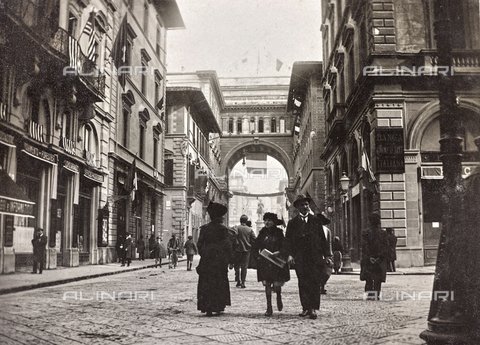 "AVQ-A-002411-0037 - From the album ""Ricordi fiorentini"" (Memories of Florence), animated view of Via degli Strozzi in Florence with flags celebrating the end of World War I"