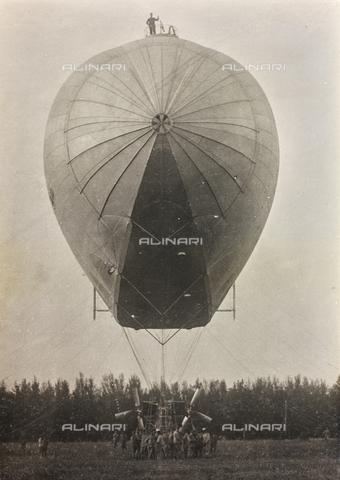 AVQ-A-002545-0028 - First World War: Italian Army airship ready for takeoff