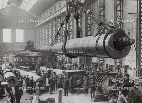 AVQ-A-002545-0056 - First World War: interior of a workshop fitting pieces of the Italian army. In the foreground a gun 381 suspended