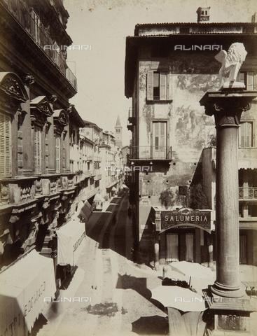AVQ-A-002557-0036 - Scorcio di Palazzo Maffei in piazza delle Erbe a Verona - Data dello scatto: 1880 ca. - Archivi Alinari, Firenze