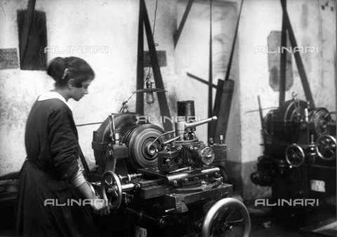AVQ-A-002618-0134 - Un'operaia alla macchina per la fabbricazione di proiettili nella Fonderia del Pignone a Firenze - Data dello scatto: 1915 ca. - Archivi Alinari, Firenze