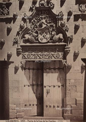 AVQ-A-002692-0088 - Portone della Casa de las Conchas a Salamanca - Data dello scatto: 1875 ca. - Archivi Alinari, Firenze