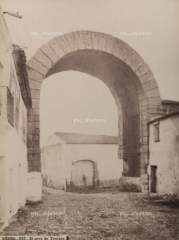 AVQ-A-002692-0099 - L'arco di Traiano a Mérida in Spagna - Data dello scatto: 1875 ca. - Raccolte Museali Fratelli Alinari (RMFA), Firenze