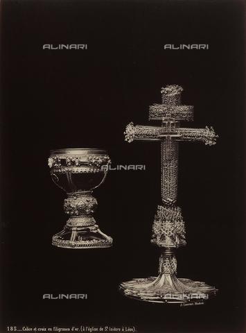 AVQ-A-002692-0101 - Calice e croce in filigrana d'oro, conservata nel Museo-tesoro della chiesa di San Isidoro a Leòn - Data dello scatto: 1875 ca. - Archivi Alinari, Firenze