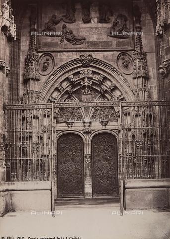 AVQ-A-002692-0103 - Portale della cattedrale di Oviedo in Spagna - Data dello scatto: 1875 ca. - Archivi Alinari, Firenze