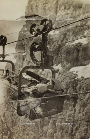 """AVQ-A-002751-0059 - Album """"Pictures of war, II"""": Italian soldiers on a cable car near the fork Fountain Negra"""