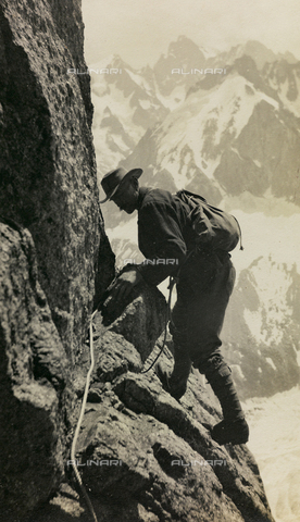 AVQ-A-002754-0003 - A hiker climbing a mountain in Switzerland
