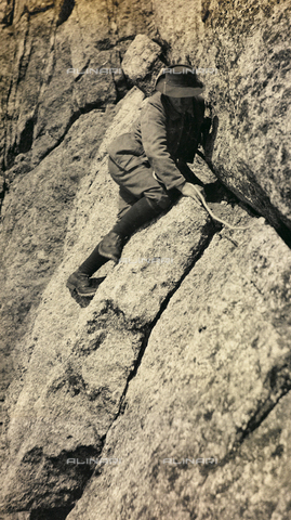 AVQ-A-002754-0019 - A hiker climbing a mountain in the Alps