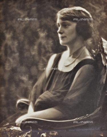 AVQ-A-002773-0062 - Giovane donna seduta - Data dello scatto: 1920-1930 - Archivi Alinari, Firenze