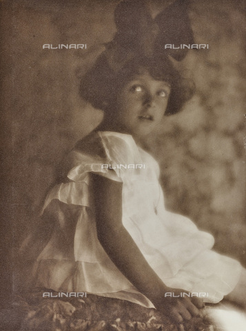 AVQ-A-002773-0065 - Portrait of little girl with bow in her hair - Date of photography: 1920-1930 - Fratelli Alinari Museum Collections, Florence