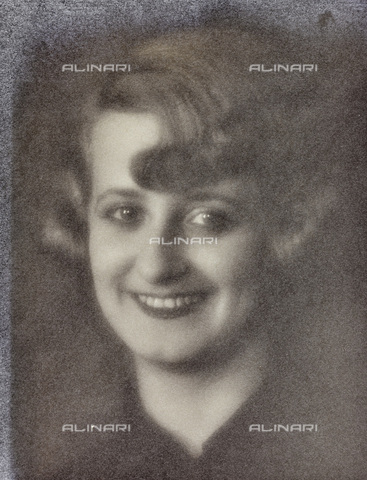 AVQ-A-002773-0075 - Portrait of smiling woman - Date of photography: 1925-1935 - Fratelli Alinari Museum Collections, Florence