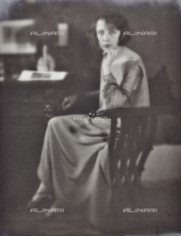AVQ-A-002773-0081 - Portrait of woman sitting - Date of photography: 1920-1930 - Fratelli Alinari Museum Collections, Florence