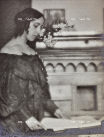 AVQ-A-002773-0085 - Portrait of woman in costume - Date of photography: 1920-1930 - Fratelli Alinari Museum Collections, Florence
