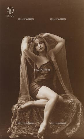 AVQ-A-002921-0018 - Ritratto di una giovane donna con un velo trasparente che le copre i capelli - Data dello scatto: 1925-1930 ca. - Verchi Marialieta Collezione / Archivi Alinari, Firenze