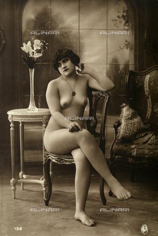 AVQ-A-002921-0040 - Una giovane donna posa nuda, seduta su una sedia - Data dello scatto: 1925-1930 ca. - Verchi Marialieta Collezione / Archivi Alinari, Firenze