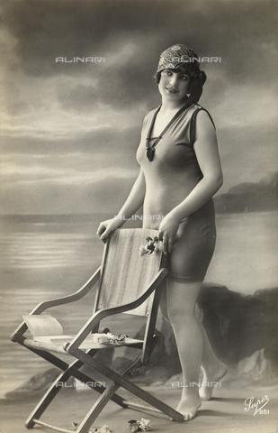 AVQ-A-002921-0066 - Una giovane donna posa indossando un costume da mare, con alle spalle uno scenario marino dipinto - Data dello scatto: 1925-1930 ca. - Verchi Marialieta Collezione / Archivi Alinari, Firenze