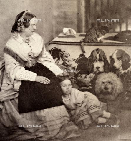 AVQ-A-002966-0013 - Portrait of Mrs. Bulwer with her daughter, aple - Data dello scatto: 1854-1863 - Archivi Alinari, Firenze