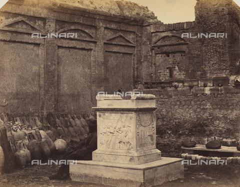 AVQ-A-002966-0077 - Altare con bassorilievo raffigurante un sacrifizio; l'opera è posta all'interno del Tempio del Genio di Augusto - Data dello scatto: 1854-1863 ca. - Archivi Alinari, Firenze