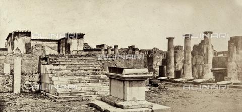 AVQ-A-002966-0087 - L'ara sacrificale e la cella del Tempio di Venere Pompeiana a Pompei - Data dello scatto: 1862 ca. - Archivi Alinari, Firenze