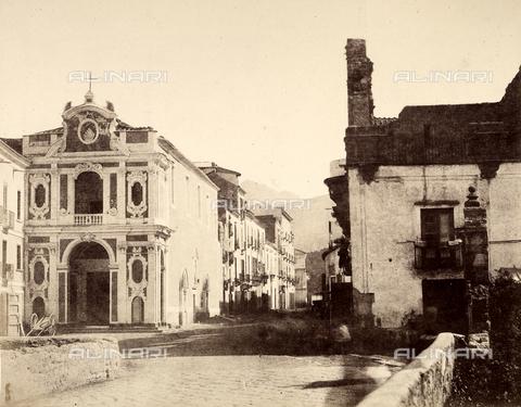 AVQ-A-002966-0089 - Una strada di Sorrento con la Chiesa di Santa Maria del Carmine - Data dello scatto: 1854-1863 ca. - Archivi Alinari, Firenze