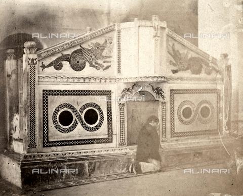 AVQ-A-002966-0108 - Ambone del Duomo di Ravello con un fedele in preghiera - Data dello scatto: 1854-1863 ca. - Archivi Alinari, Firenze