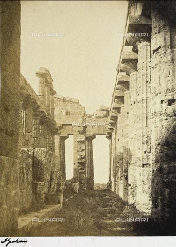 AVQ-A-002966-0118 - Interno del tempio di Nettuno a Paestum ripreso da est - Data dello scatto: 1854-1863 ca. - Archivi Alinari, Firenze