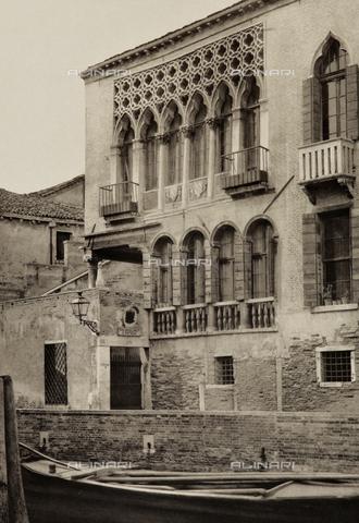 AVQ-A-003475-0024 - Palazzo Arian-Cicogna a Venezia, particolare con le finestre e i balconi - Data dello scatto: 1890-1895 - Archivi Alinari, Firenze