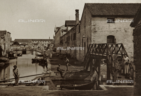 AVQ-A-003475-0050 - Animated view of a canal in the island of Giudecca, Venice - Date of photography: 1890-1895 - Fratelli Alinari Museum Collections, Florence